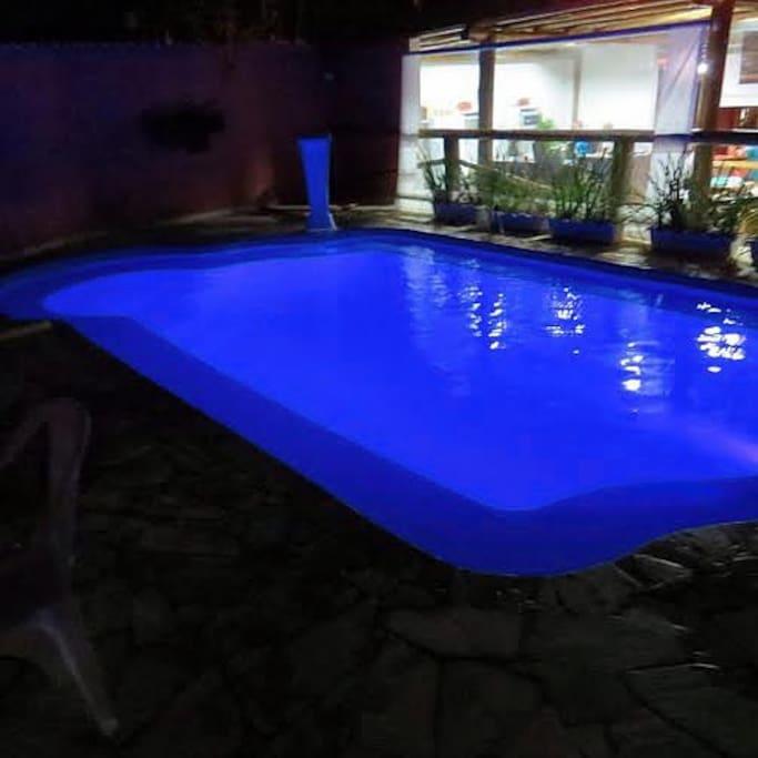Nossa piscina à noite.