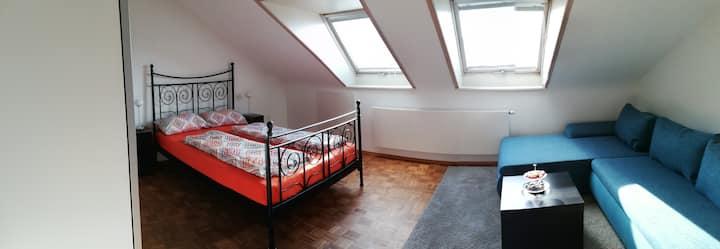 Schönes helles Dachgeschosszimmer (24 m²)