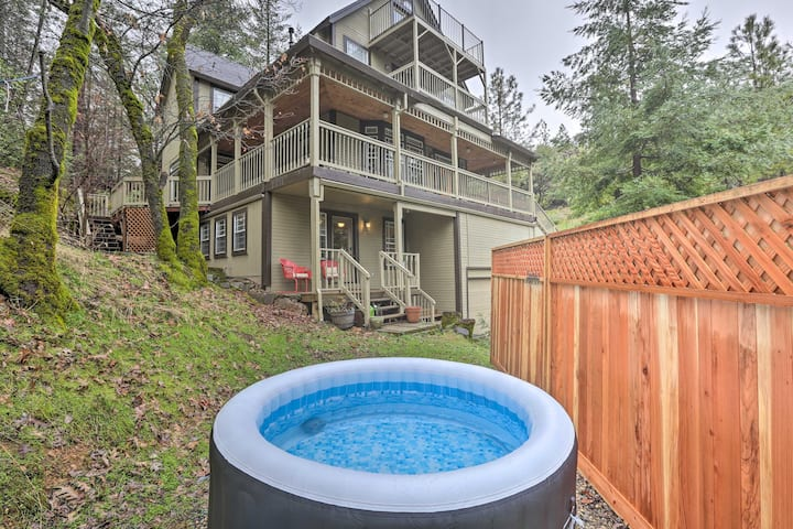 Peaceful Applegate Guest Suite w/ Private Hot Tub!