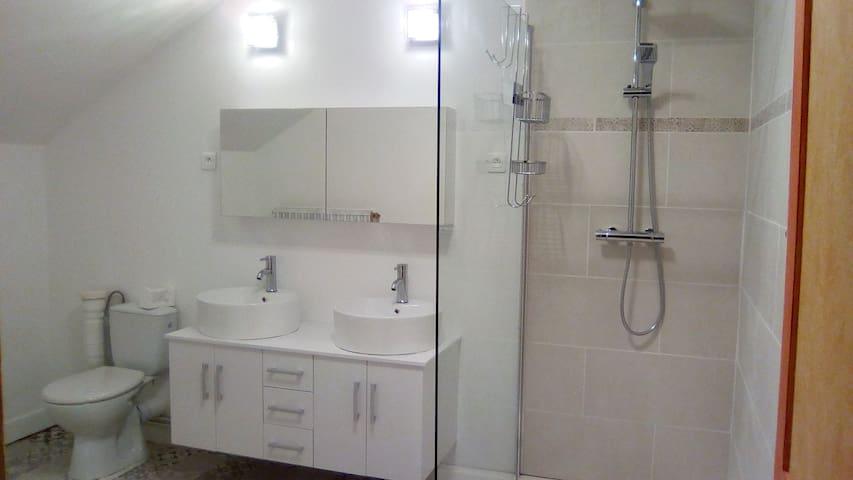 grand salle de bain privatisée pour vous.  Vous êtes les seuls à l'utiliser durant votre séjour.