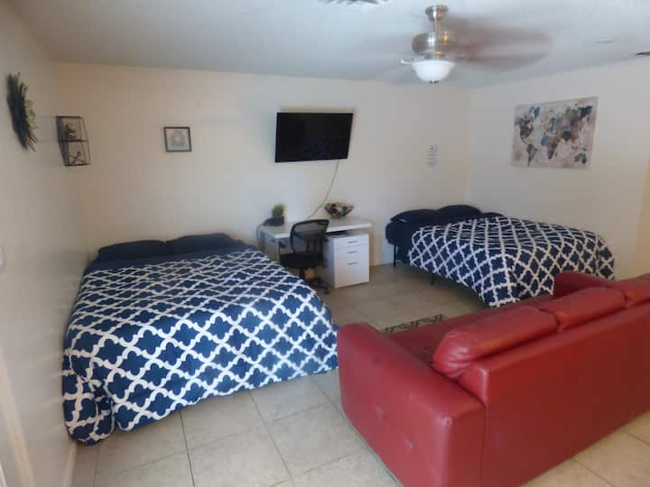Large studio apartment, can sleep 6, Private pool!