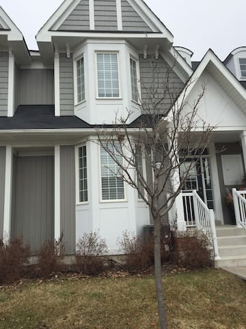 Brilliant home near transportation - Whitby - Townhouse