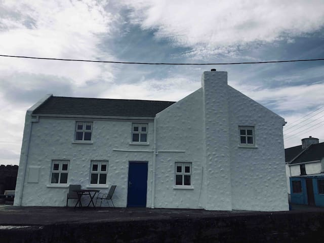 Tory Island Cottage overlooking Harbour. WiFi inc.