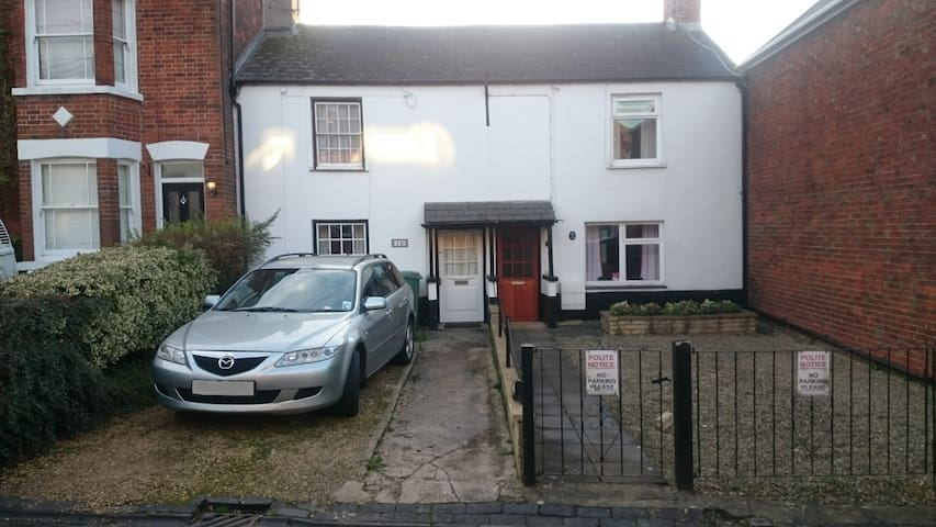 Homely terraced cottage - central Wootton Bassett - Royal Wootton Bassett