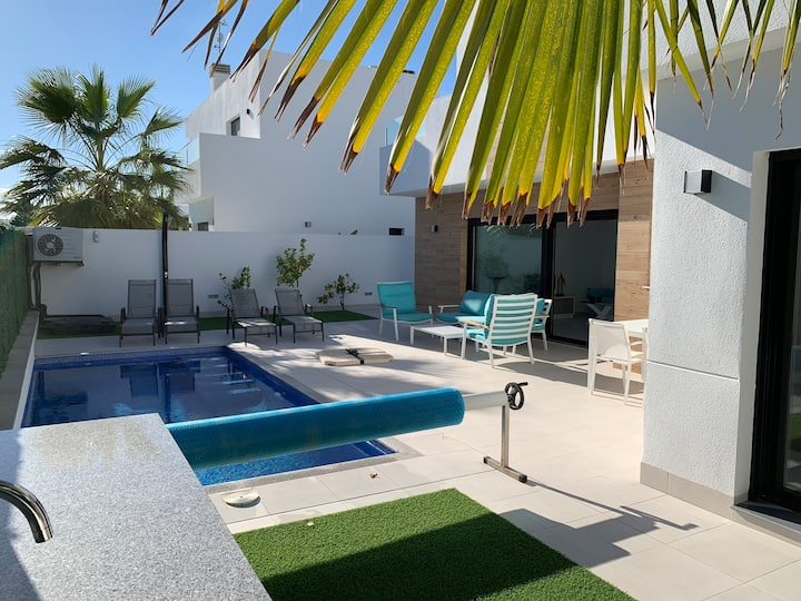 Moderne villa voor 6 personen met verwarmd zwembad