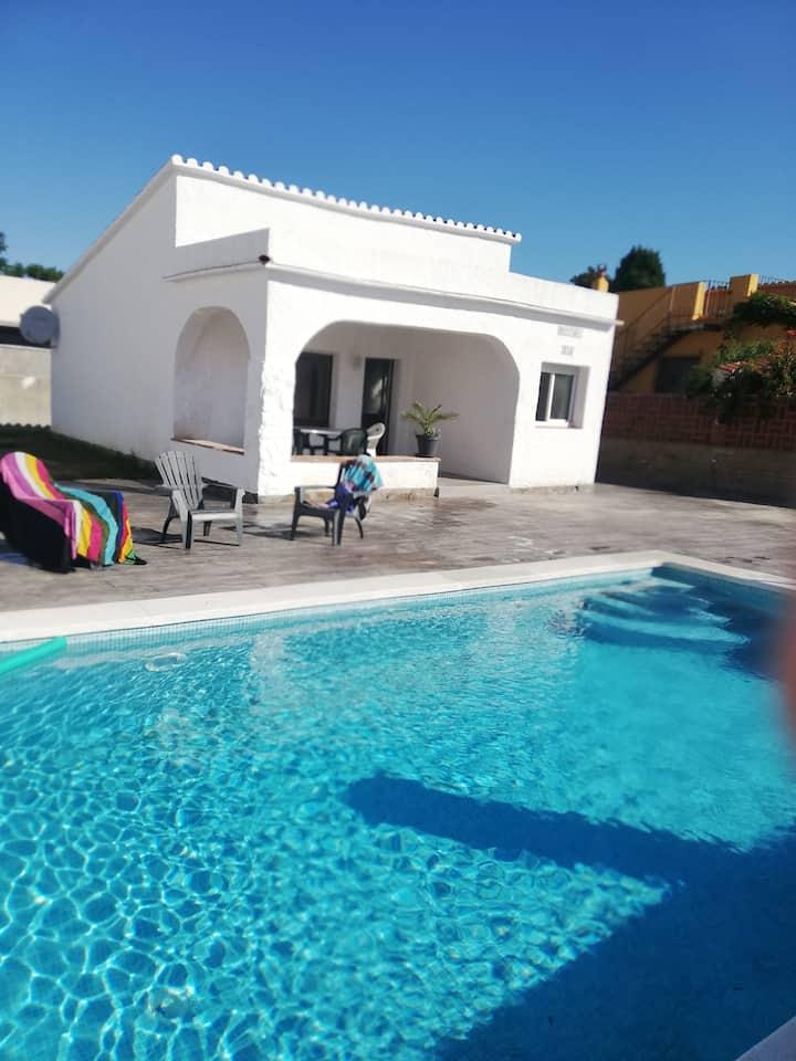 Super villa avec piscine , 500 m commerce et plage