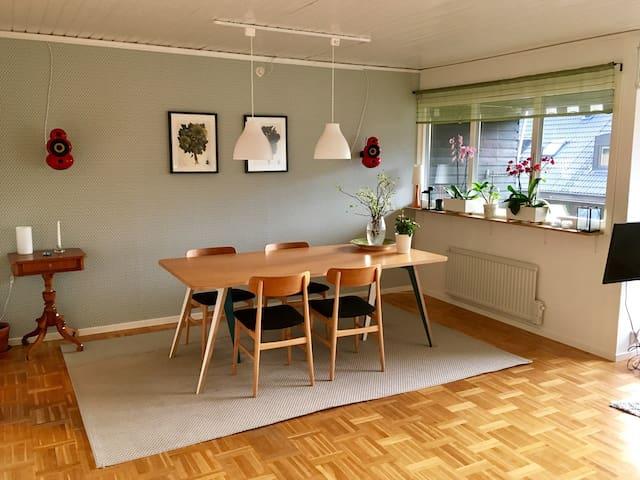 Rymligt hus 15 min från Göteborg. - Sävedalen - Radhus