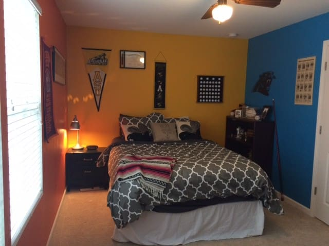 Private Room off 485 near UNCC/Speedway/PNCMusic - Charlotte - House