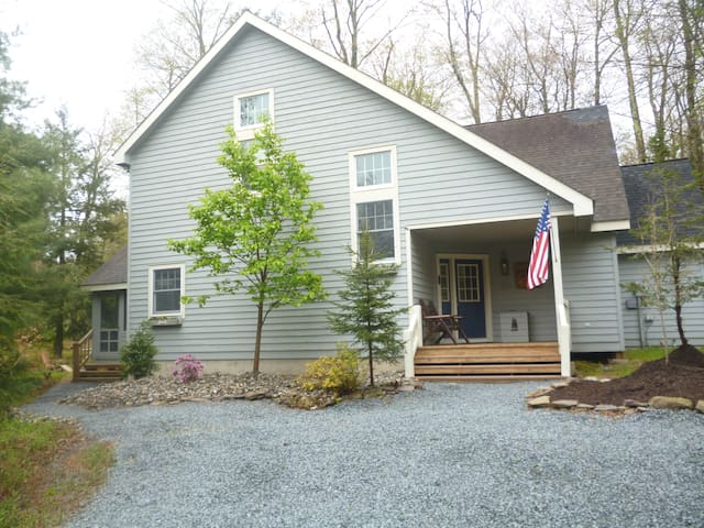 Mooncreek in the poconos at pinecrest lake golf for Long pond pa cabin rentals