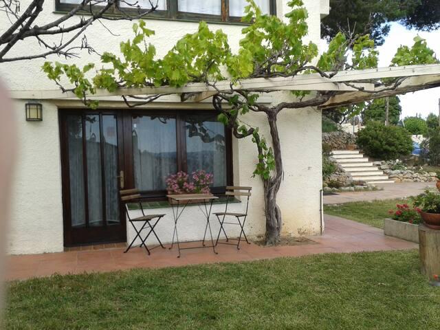 Encantador apartamento con jardín