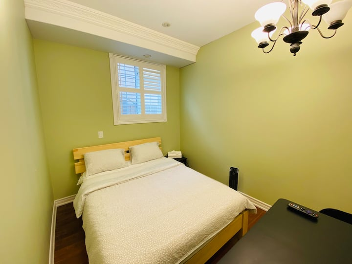 Comfy Private Bedroom, Smart TV 15min to Airport