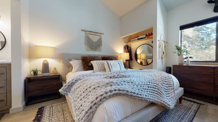 Crestview 40-Newly remodeled condo close to the Village-sleeps 8