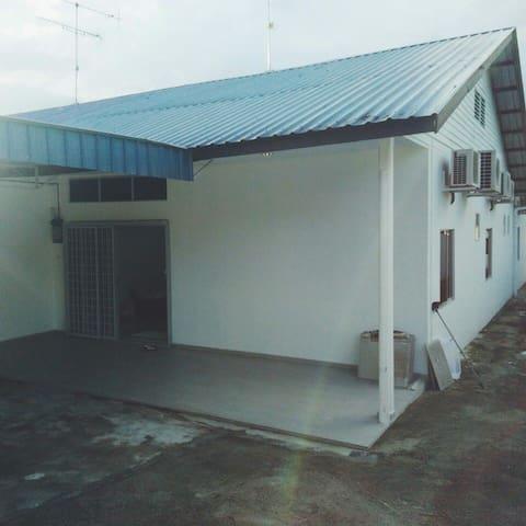 五个房间六个厕所,欢饮询问,每间房间都冷气和厕所 - kluang - Hus