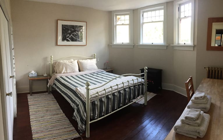 Private East Bedroom in Ladner Heritage Home