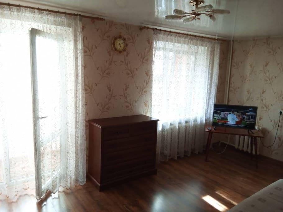 Большая комната, выход на лоджию