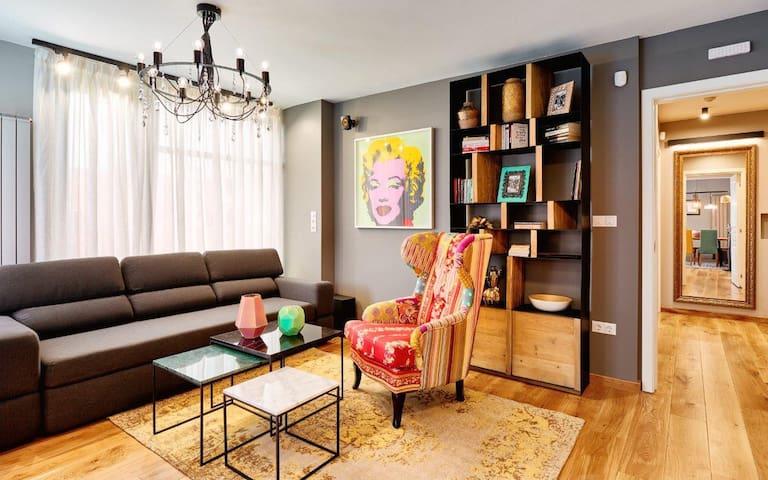⭐⭐⭐⭐⭐ High-end Designer 2BR Aprt + Lift&Balconies