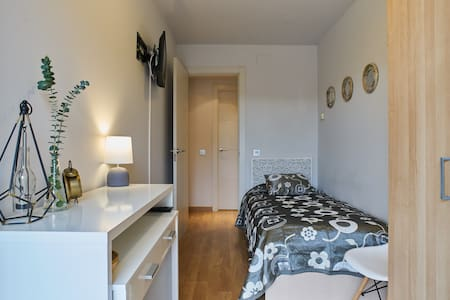 Room with bed nest and access to the swimming pool - Barcelona