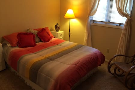 Central IL: Serene Room and House - Bloomington - Hus