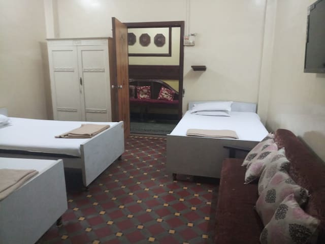 Spacious room for 3 guests in Colaba