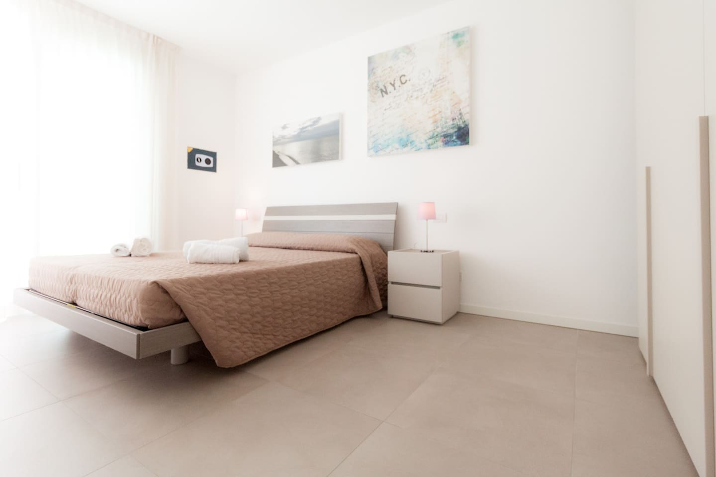 Camera matrimoniale con ampio armadio e cassaforte/Double room with queen-size bed, large closet and strongbox