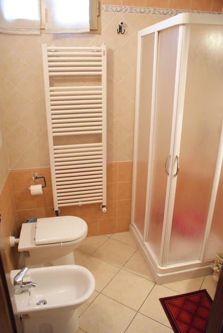 L'ampio bagno con doccia