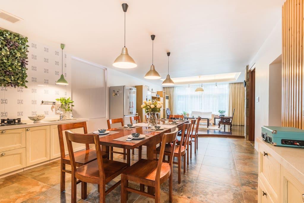 开放式餐厅,与客厅相连。既保持了室内的宽敝通透性,也保证了区域的划分。