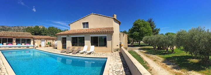 House with private pool and view of the Luberon at Mérindol, 10 sleeps.
