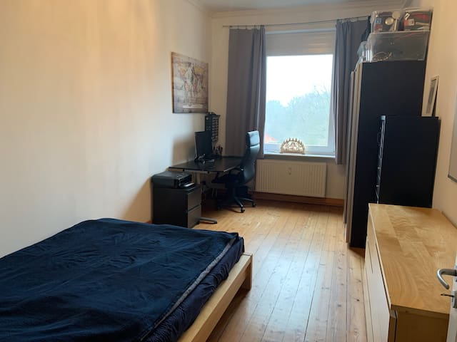 Schönes Zimmer in Altbauwohnung in Barmbek