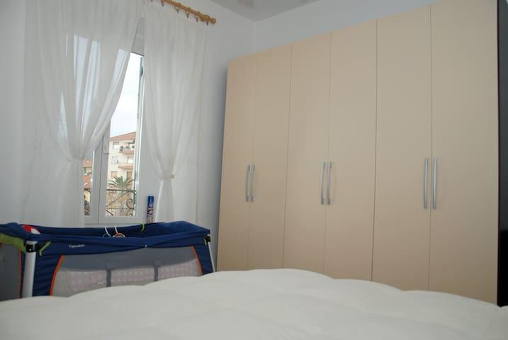 I piccolo lettino con materasso, regolabile per bimbi da 0 a 3 anni.