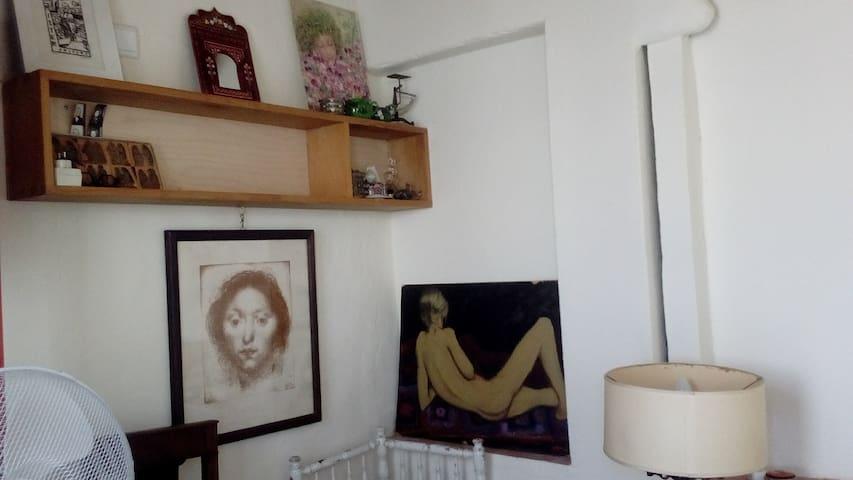 Cabanon-chambre exotique ; chez l'habitant