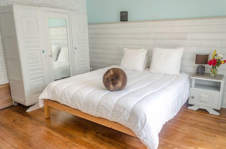 La chambre du rez-de-chaussée pouvant accueillir 2 personnes (lit King Size) et attenante à une salle de bain.