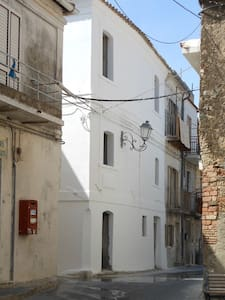 Casa Castiglione.  Antica casa su due piani