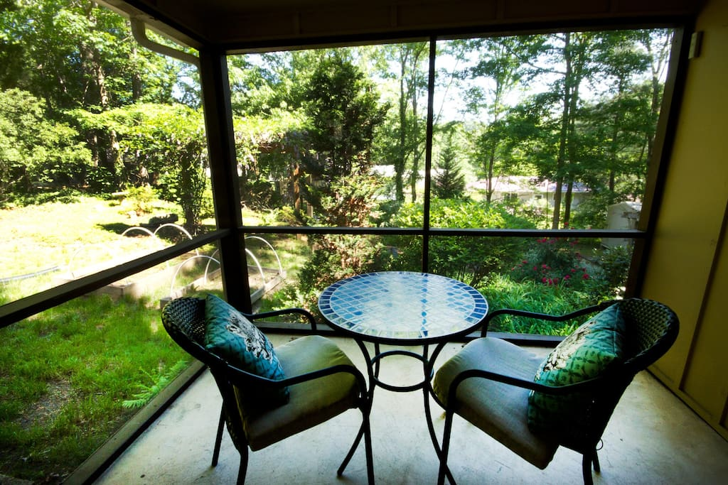 Private screened in porch, perfect for morning coffee or tea!