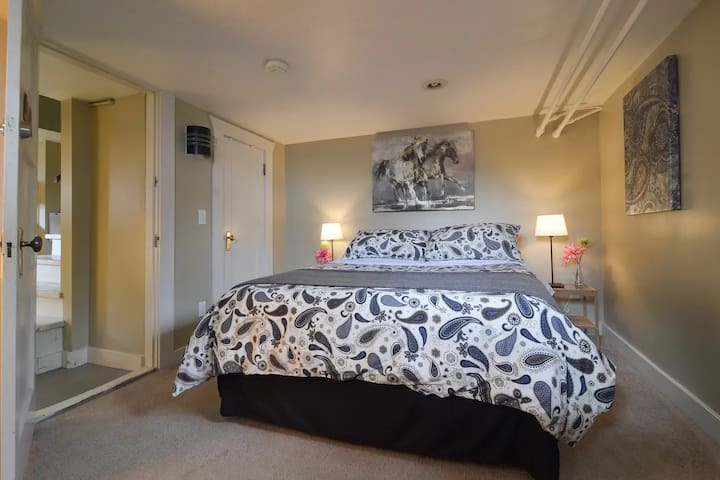 Wild Horse Room, 10 min drive to downtown