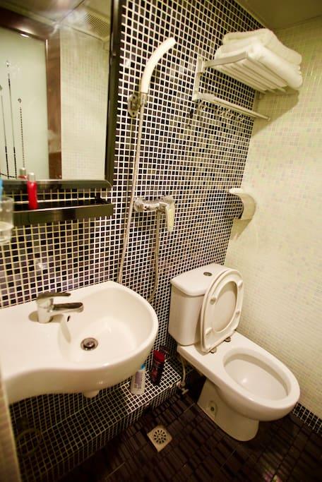 每個房間都配備了獨立的衛生間,24小時熱水供應能讓您隨時洗個熱水澡消除一天的疲憊。 Every room with a bathroom which can provide 24hours hot water for you to take a bath to make you relax after your study or work.