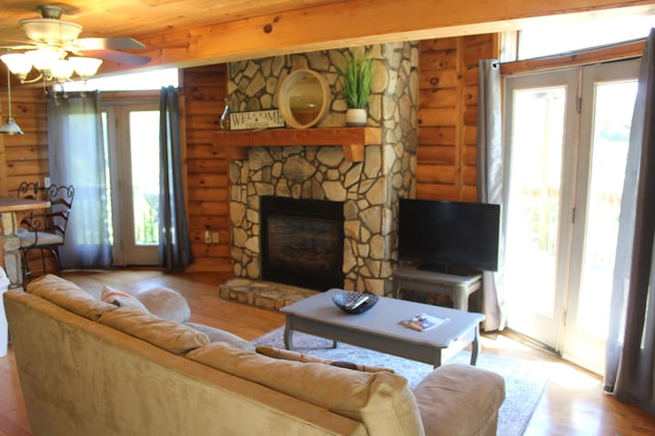 Romance w/ Fireplace & HOT TUB - UBER to downtown