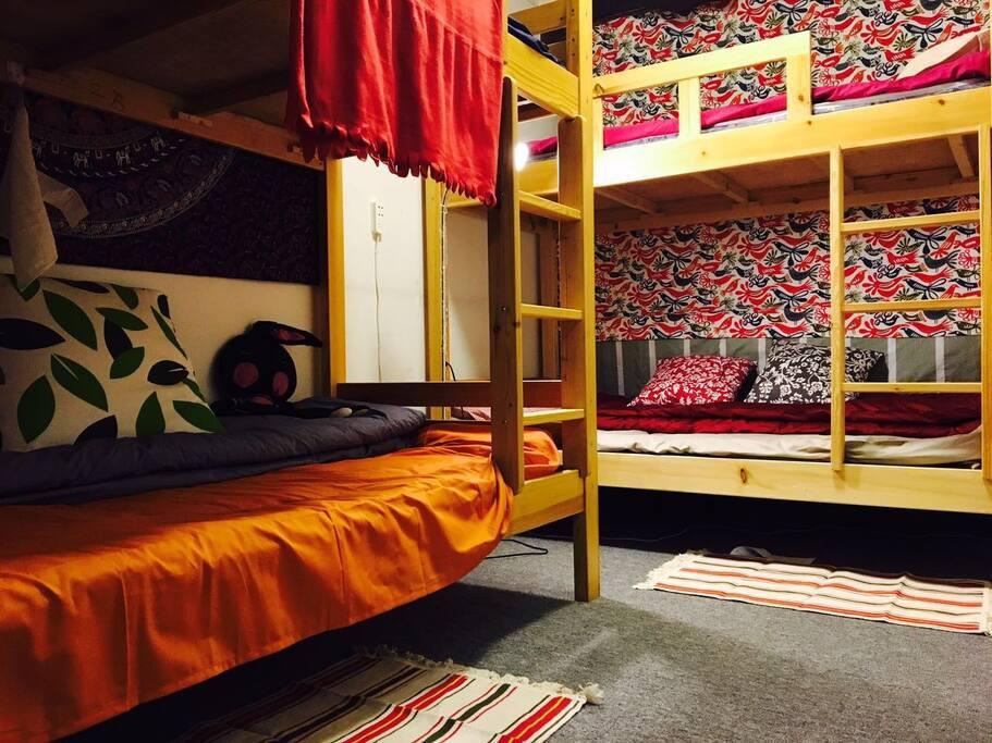这是一个可四人居住的卧室