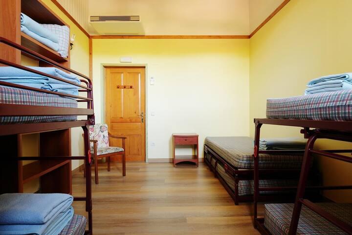 Valle de Aisa - cama en habitación 6 PLAZAS 3-1