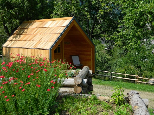 Glamping on organic farm with stunning view - Kovor - Stråhytte