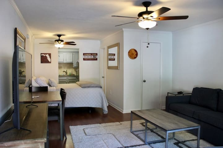 ON CAMPUS - Studio, Sleeps 5, Private Parking