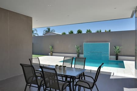 Modern house with pool that needs using :-) - Maison