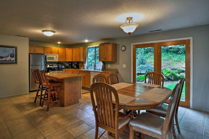 Around the corner you'll find the fully equipped kitchen!
