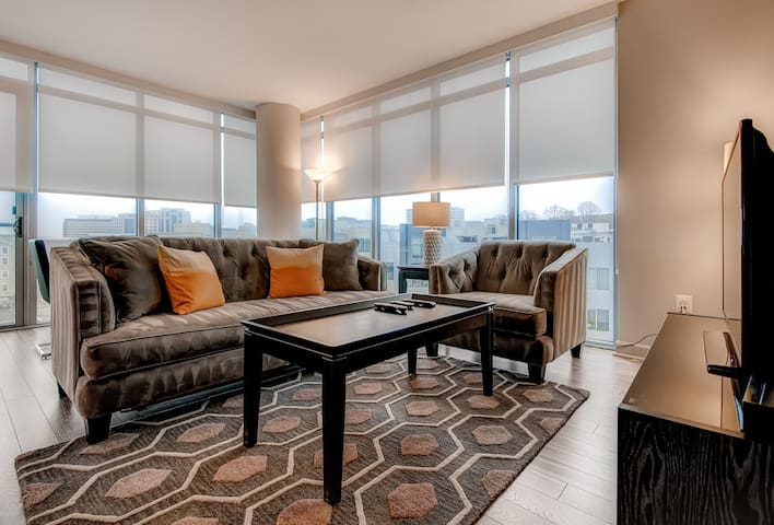 Sophisticated 2 Bedroom Near The Pentagon! WOW!