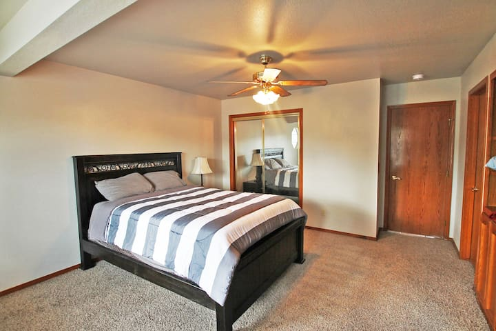 Beautiful Private Master Bedroom near the Sequioas