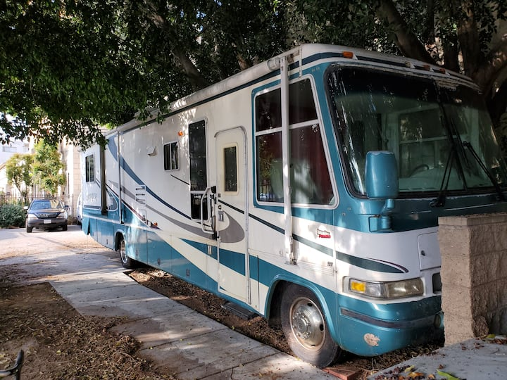 HOLLYWOOD MOTORHOME AVAILABLE WITH A PLACE TO REST