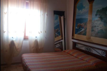 stanza matrimoniale  bagno in camer - Santa Giusta - Hus