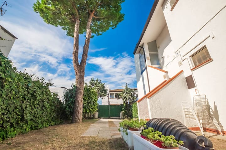 Detached house with 6 beds, large garden and pool
