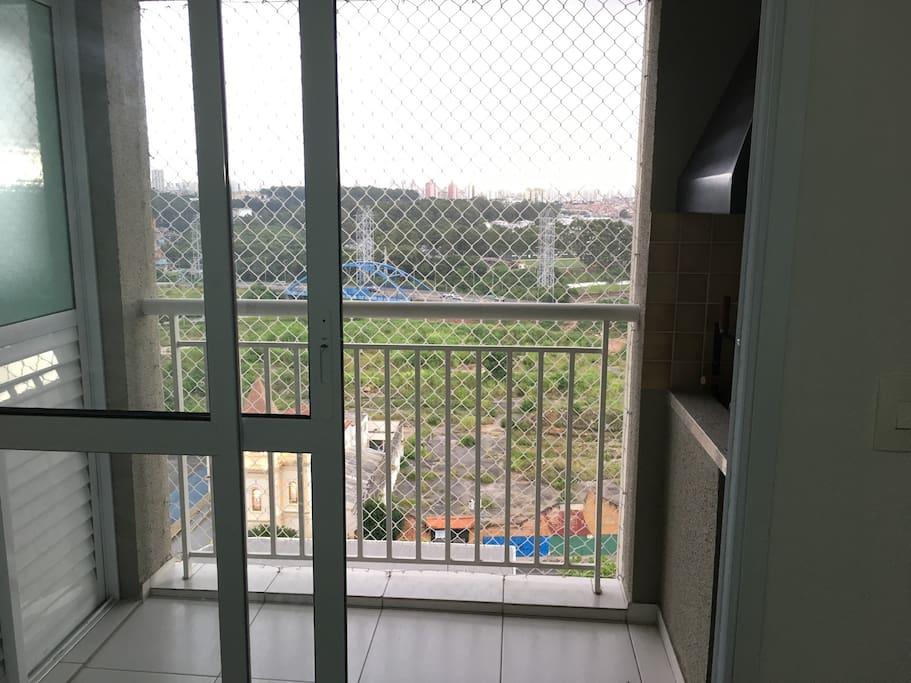 Acesso pela sala para a varanda gourmet. Tem uma linda vista livre da sacada.