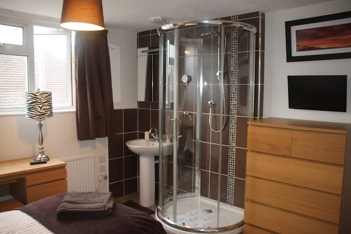 Private room with shower and basin (shared WC)