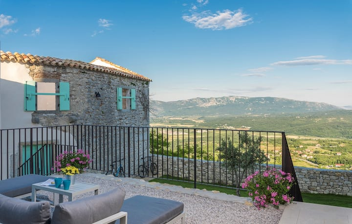 Villa Paola with a Roof-pool in central Istria